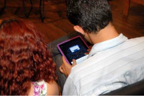 "Figure 4: Interacting via mobile devices – ""Barômetro"" Science and Social Inclusion/ November, 2011 Source: VENTURA, 2011"